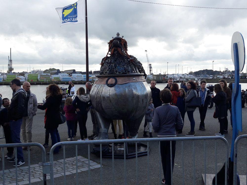 """Une statue d'Obélix nous accueille... créée par nos amis du collectif artistique rennais """"L'élaboratoire"""""""