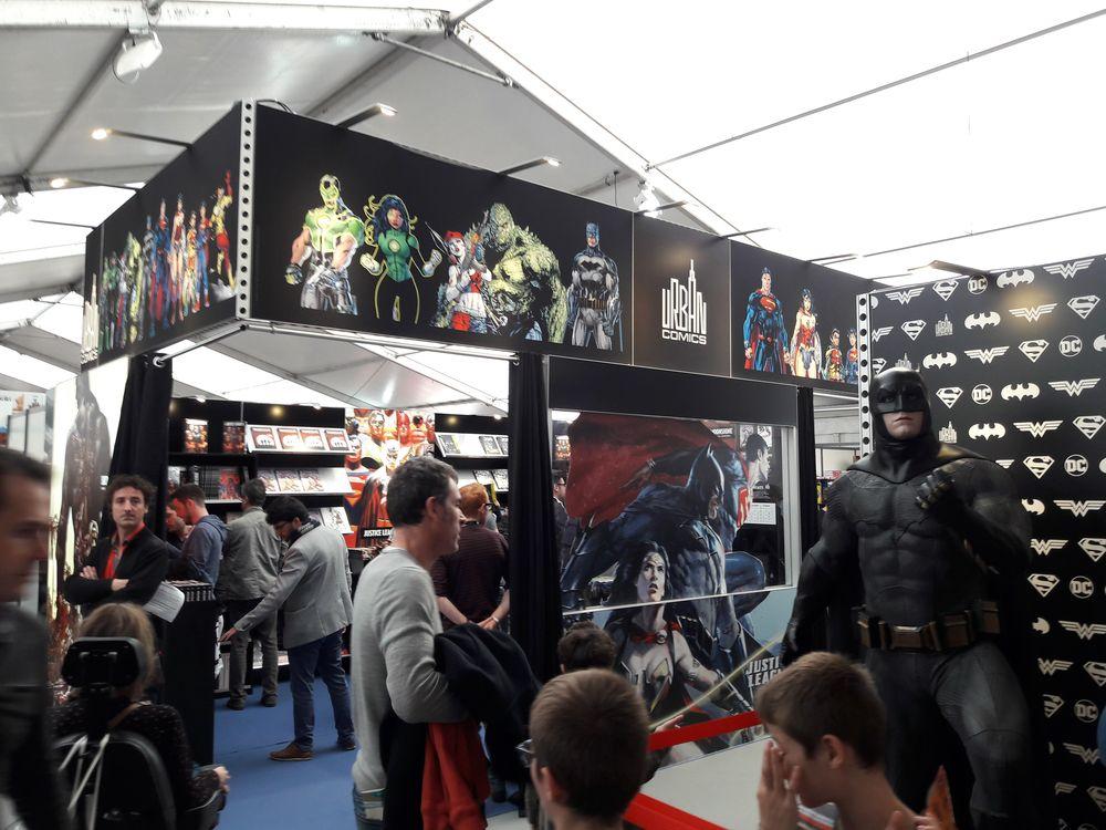 Le stand Urban Comics... gardé par le Dark Knight ! ;)